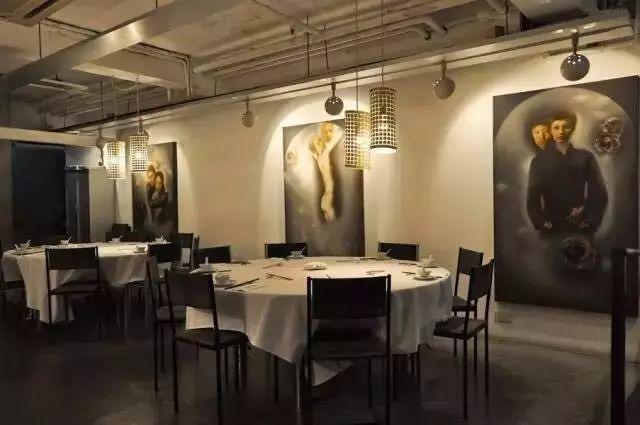 因為朋友一個無心的提議,這對夫妻開了一間只有36個座位的川菜館,紅到連英國BBC、時代週刊都來專訪,還獲得米其林三星,預約都排到1年後!