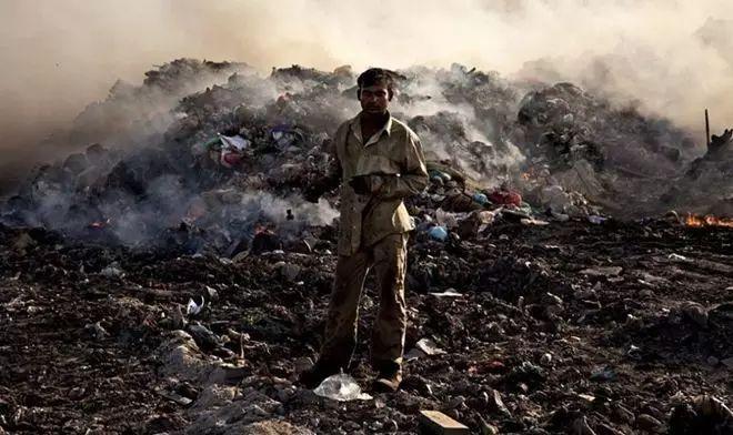 一位年僅24歲的印度小子竟然發明「吃垃圾救地球」,各國都搶著跟他合作,就連台灣也在跟他接洽...
