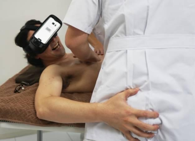 一邊戴著VR眼鏡看小色片,一邊找人馬殺雞,這個日本男人去試了一下,一切已經回不去了...