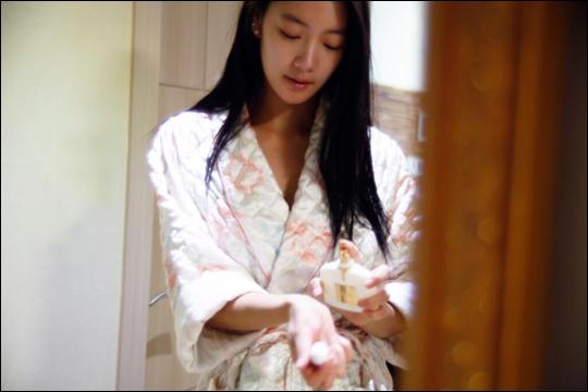 女星Clara曬浴後照 向粉絲們道晚安